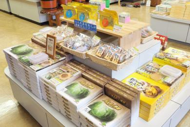 菓子類が陳列された店内